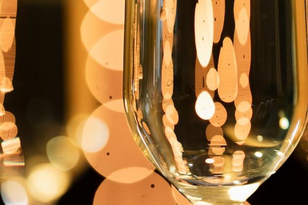 ガラスに映るクローズアップの黄金色のライト