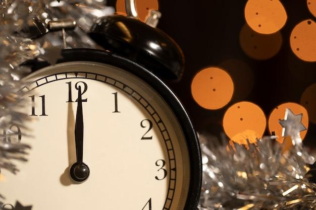 Часы крупным планом на новогоднюю ночь