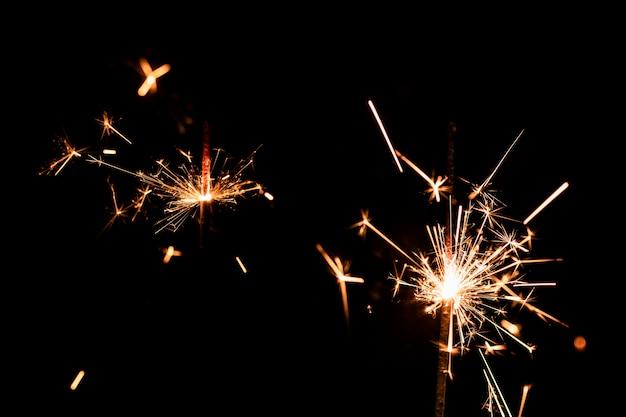 低角度の空に多くの花火