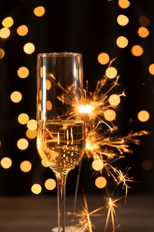新年の夜に花火とシャンパン