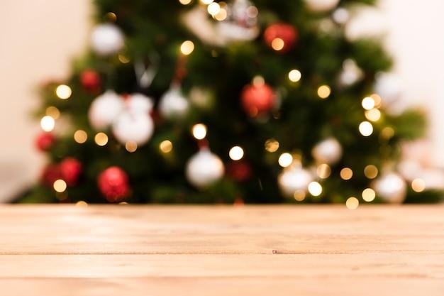 低角度のぼやけたクリスマスツリー