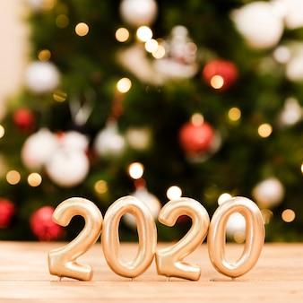 Вид спереди новогодних датированных номеров на столе