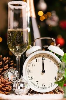 新年の夜の前にカチカチ音をたてる正面の時計