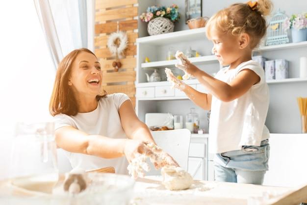 幸せな母と娘の生地の準備