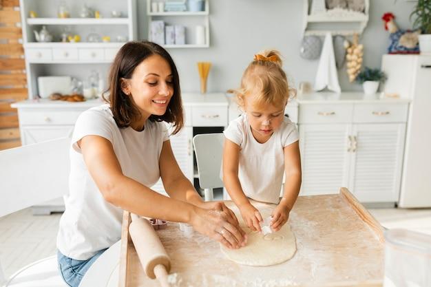 母と娘のクッキーを準備する笑顔