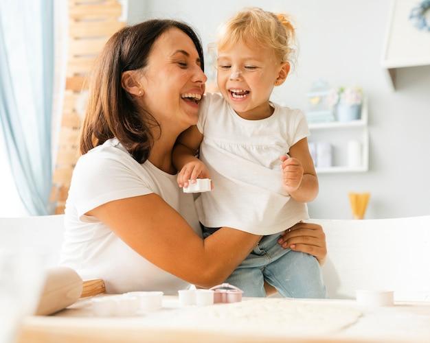母と娘を笑顔の肖像画