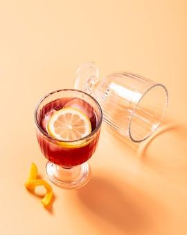 Красный коктейль с лимоном вид сверху