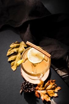 Вкусный напиток с лимонным видом сверху