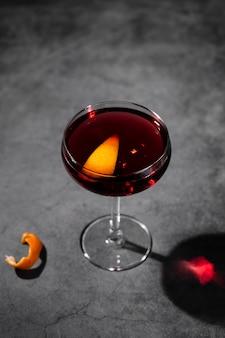 オレンジスライスと赤いカクテル
