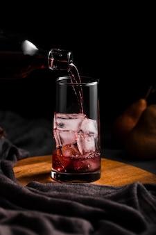 ガラスの正面に注ぐ赤ワイン