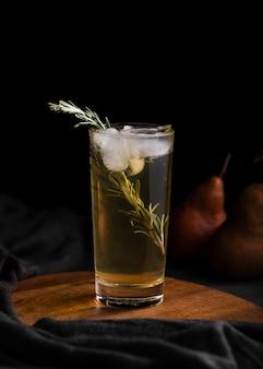 Освежающий напиток с копией листа