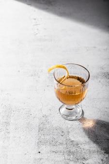 Маленький стакан напитка копией пространства