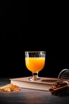 オレンジジュースコピースペースのガラス