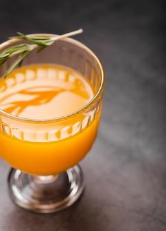 ガラスのオレンジジュースを閉じる
