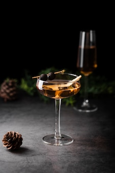 松ぼっくりの横にあるマルガリータ飲料