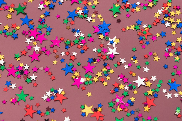 紫色の背景にカラフルな紙吹雪星