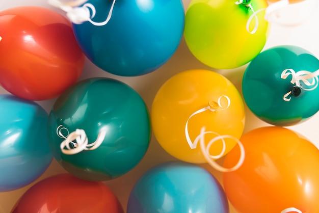 Много разноцветных шаров с лентами