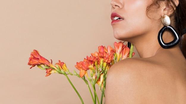 花を持つかなり若い女性