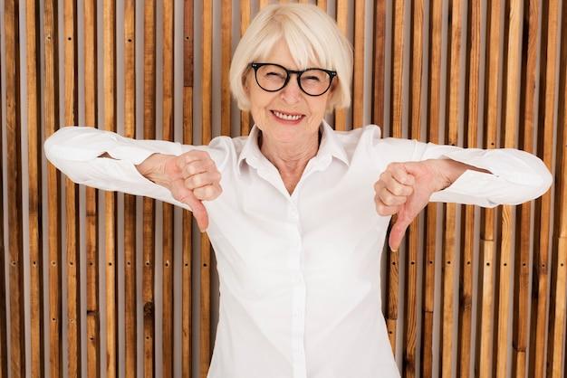 Красивая старая женщина с очками