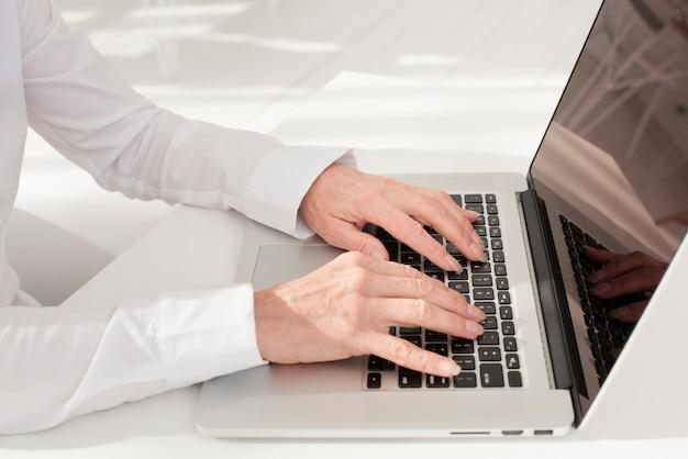 ノートパソコンの高角度のビューで入力する人