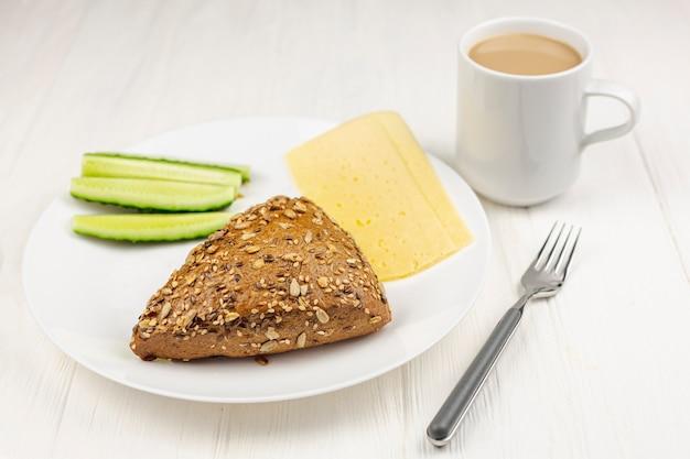 白いテーブルで朝食とシンプルなプレート