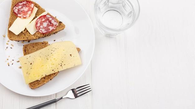 Белая тарелка с бутербродами