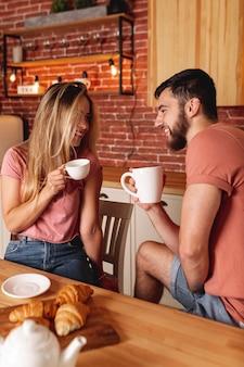 Прекрасная пара, принимая завтрак
