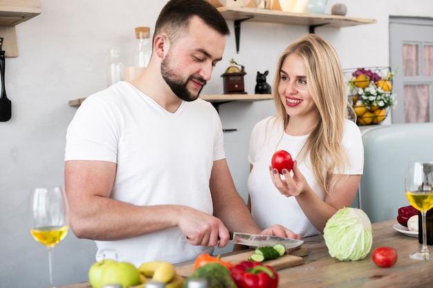 Милая пара готовит вместе