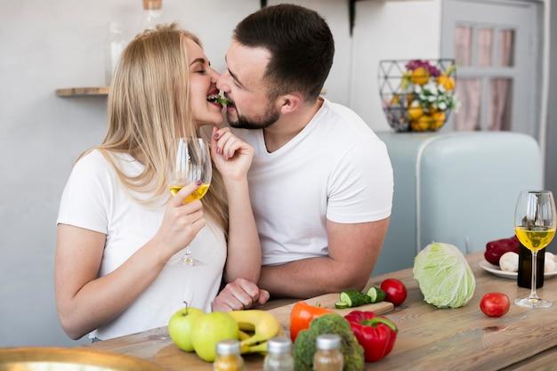 Прекрасная пара готовит вместе