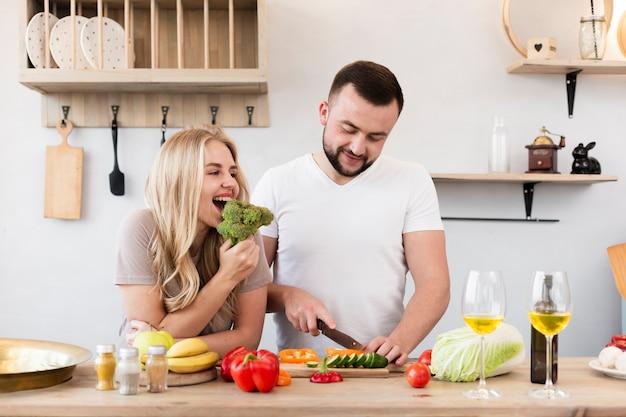 若いカップルが台所で料理