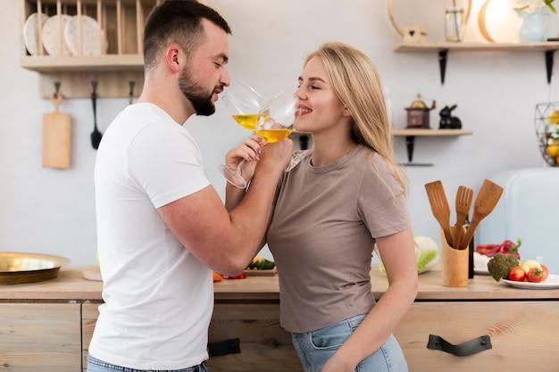 Счастливая пара пьет из бокалов
