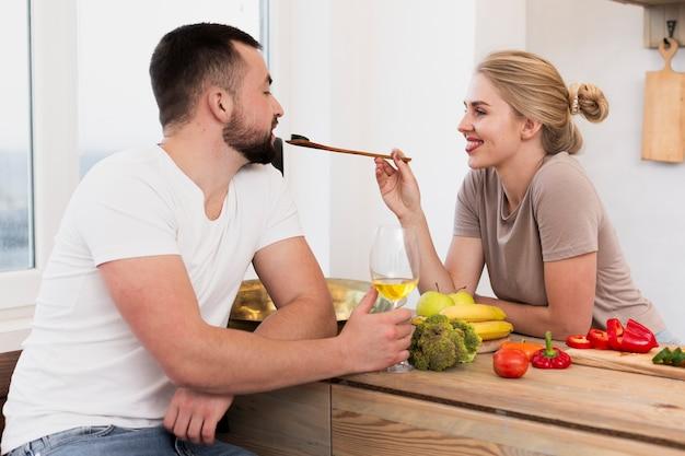 美しい女性が男に餌をやる