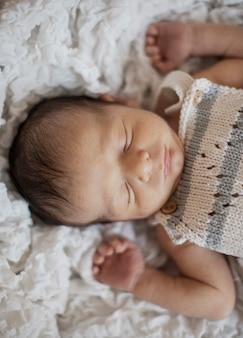 眠っている愛らしい小さな赤ちゃんの肖像画