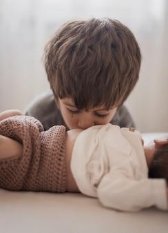 子供が彼の弟にキス