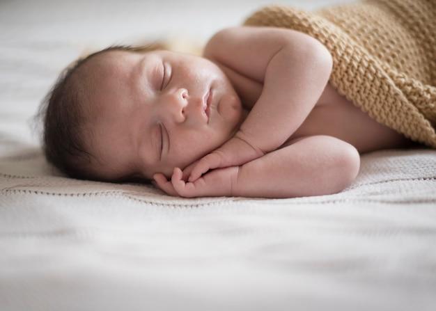 昼寝をして愛らしい男の子
