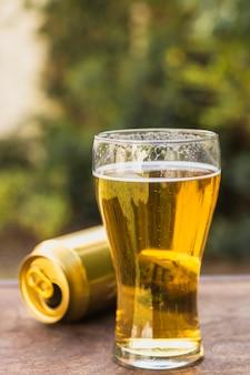 ビール缶の横にあるビールのグラス