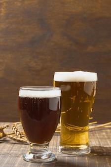 泡を持つビールとコピースペースガラス