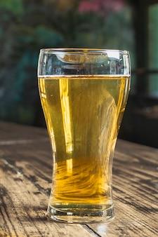 ビールと正面のさわやかなガラス