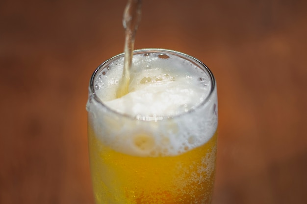テーブルの上のパイントで高角度注ぐビール