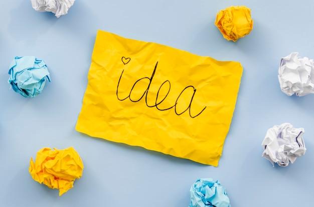 黄色い紙のコンセプトに書かれたアイデア