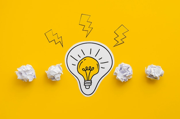 しわくちゃの紙と電球のコンセプトアイデア