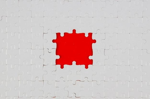 パズルアイデアコンセプトフラットの白い部分を置く