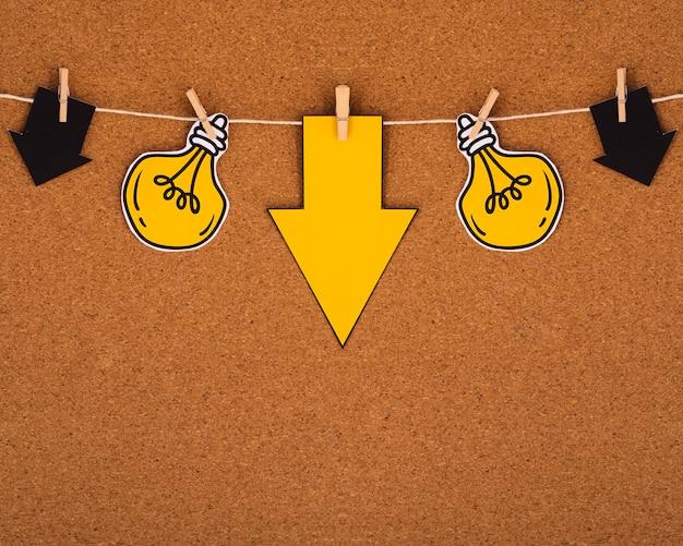 ロープからぶら下がっているシンプルな電球