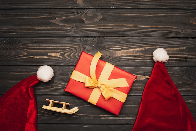 帽子とそりの置物のクリスマスプレゼント