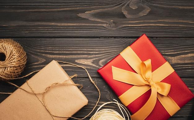 リボンとひも付きのクリスマスプレゼント