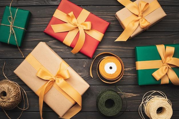 木製の背景にクリスマスのギフトボックスのフラットレイアウト