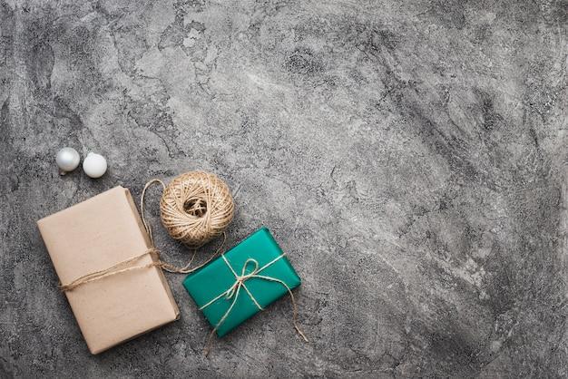 Вид сверху рождественских подарков на фоне мрамора