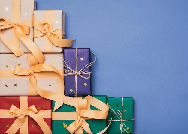 コピースペースと青色の背景とクリスマスのカラフルなボックス