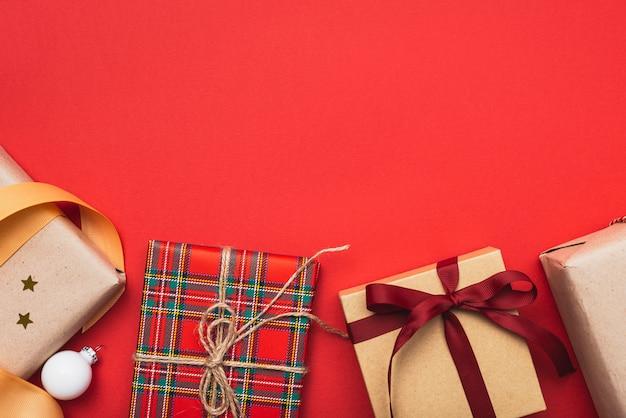 コピースペースとクリスマスのリボンをプレゼント
