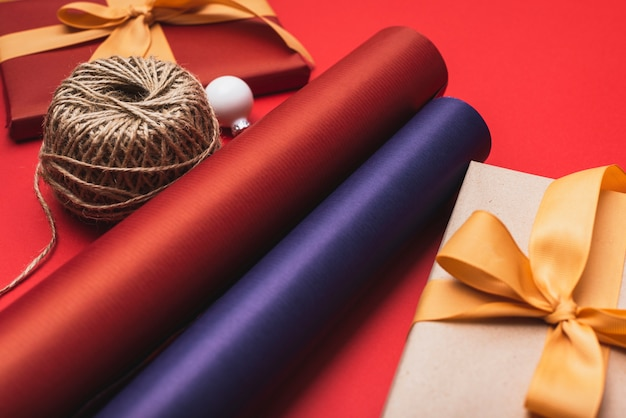 クリスマスのカラフルな包装紙のクローズアップ